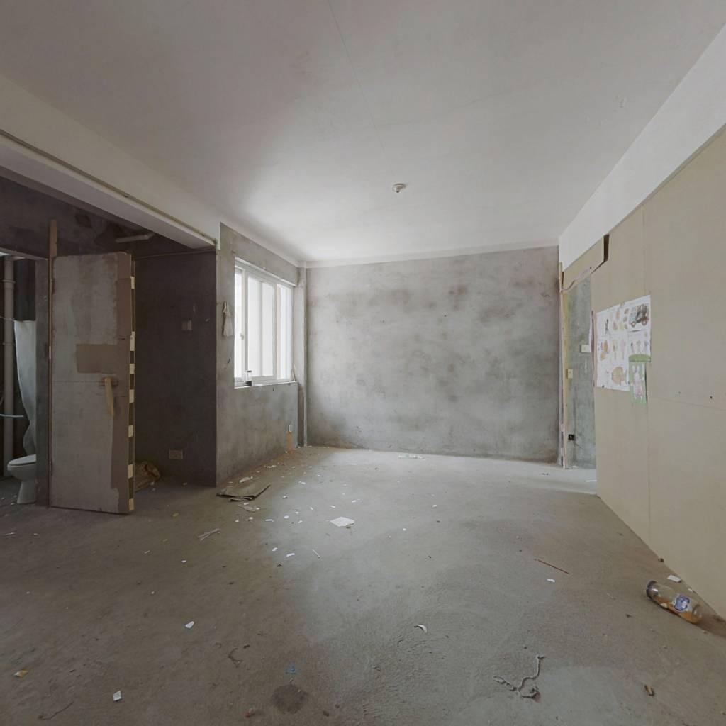 此房是得房率高,房东诚心出售满五唯一,税费少。