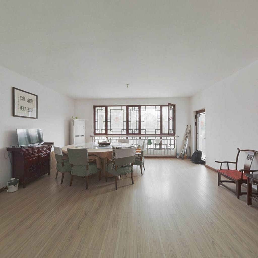 中建瀛园花园洋房,一楼带院70平,证过两年,精装修