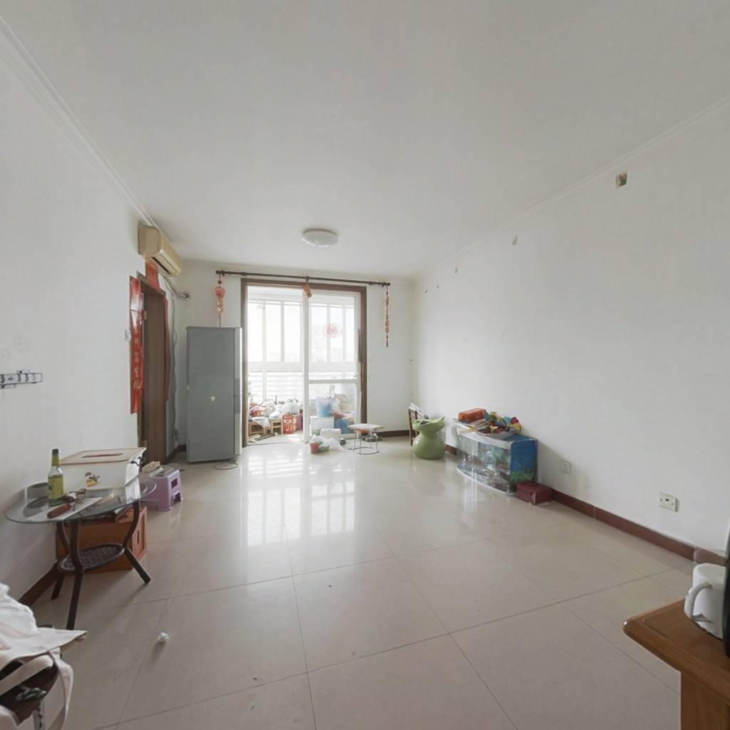 满五年唯一,05年楼龄,东南两居室,高楼层视野好。