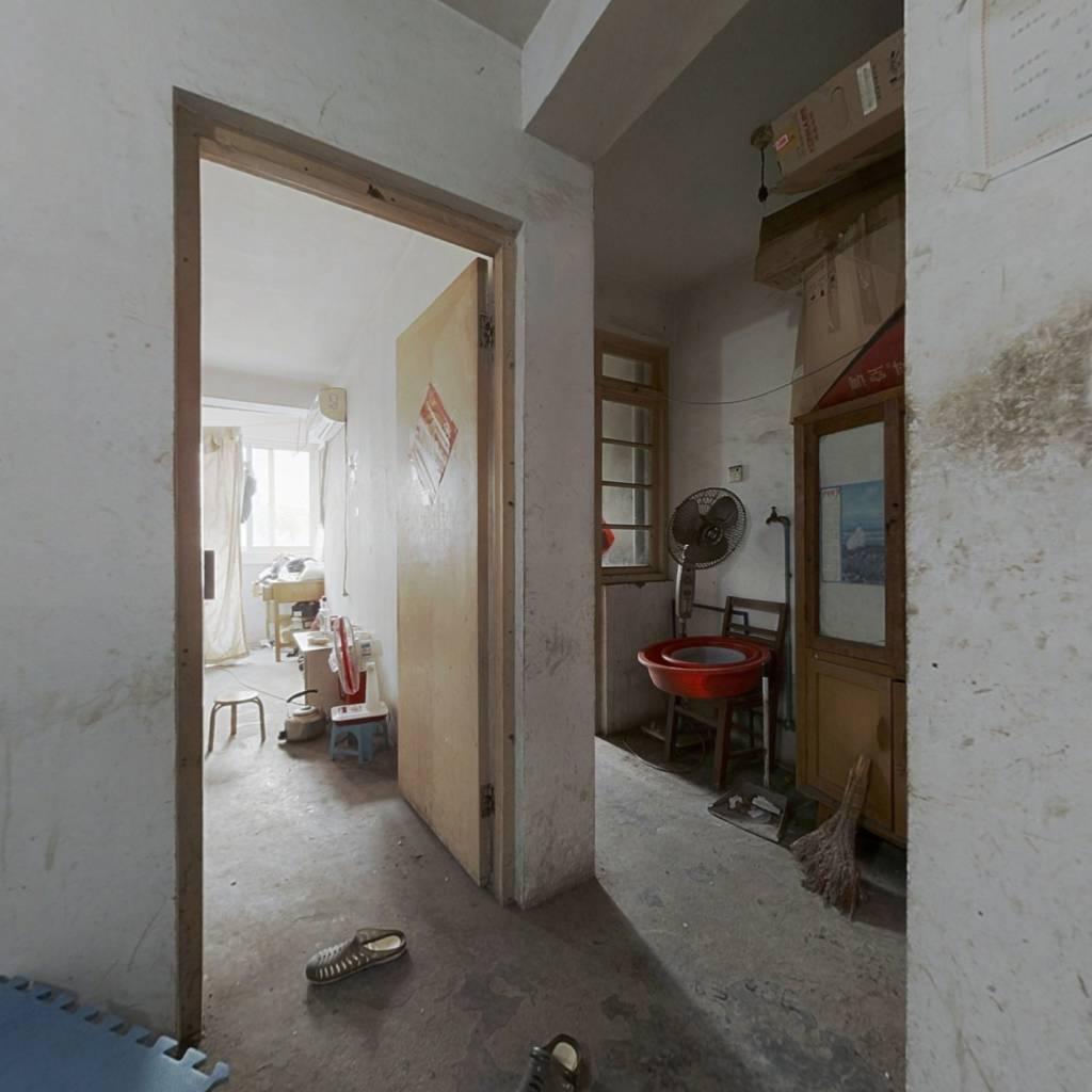 此房一室一厅,楼层低,适合老人居住,交通方便