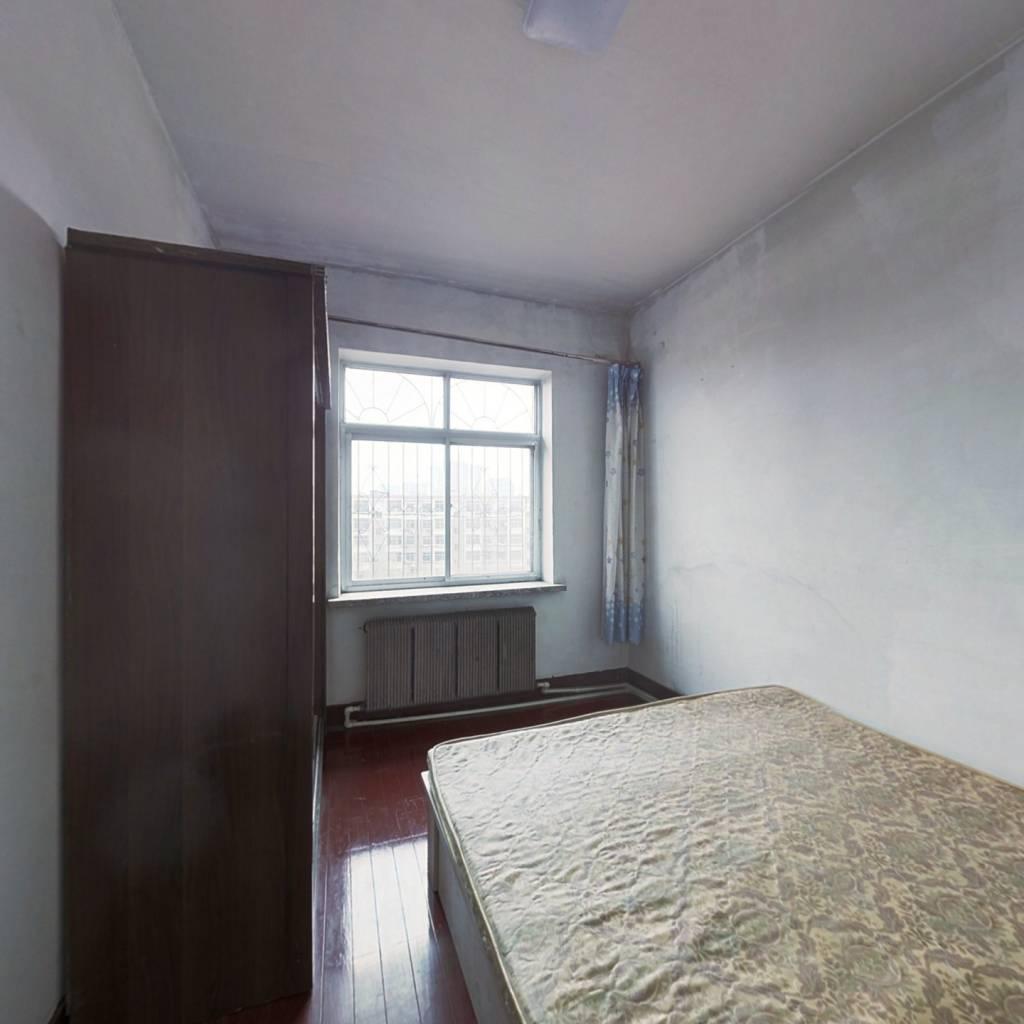 彩虹桥小区 ,一室一厅 ,采光好 ,视野宽广 。