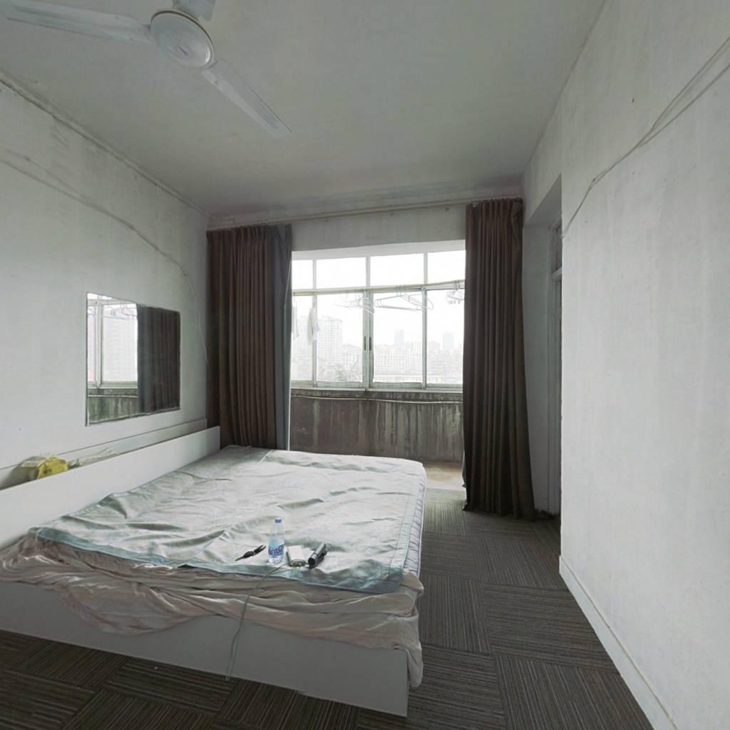 此房满五唯一,房东诚售,出行方便。