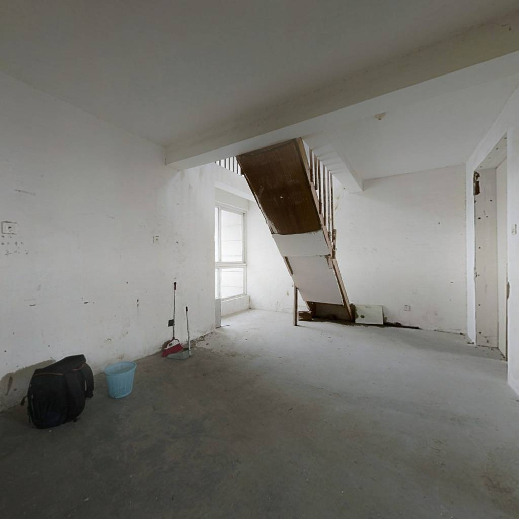 小区地段好,生活配套全,复式4房,房间多,有露台