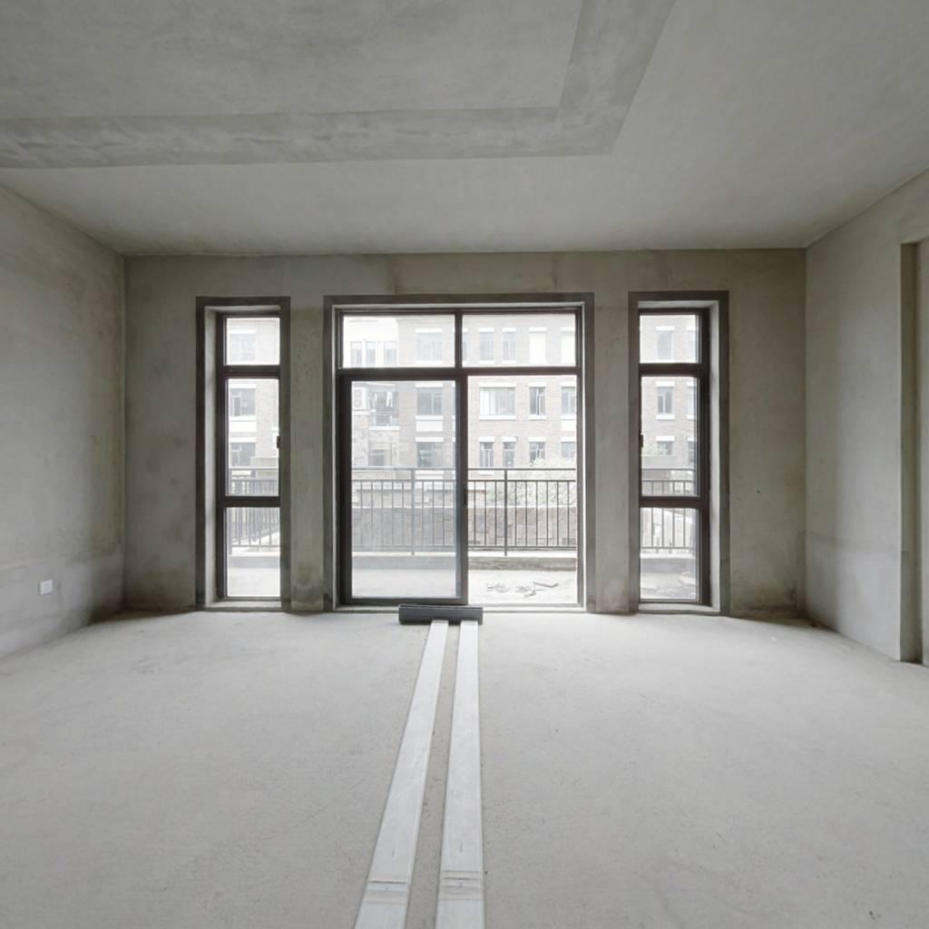 红本在手,满二,格局方正,客厅宽阔,舒适居住。