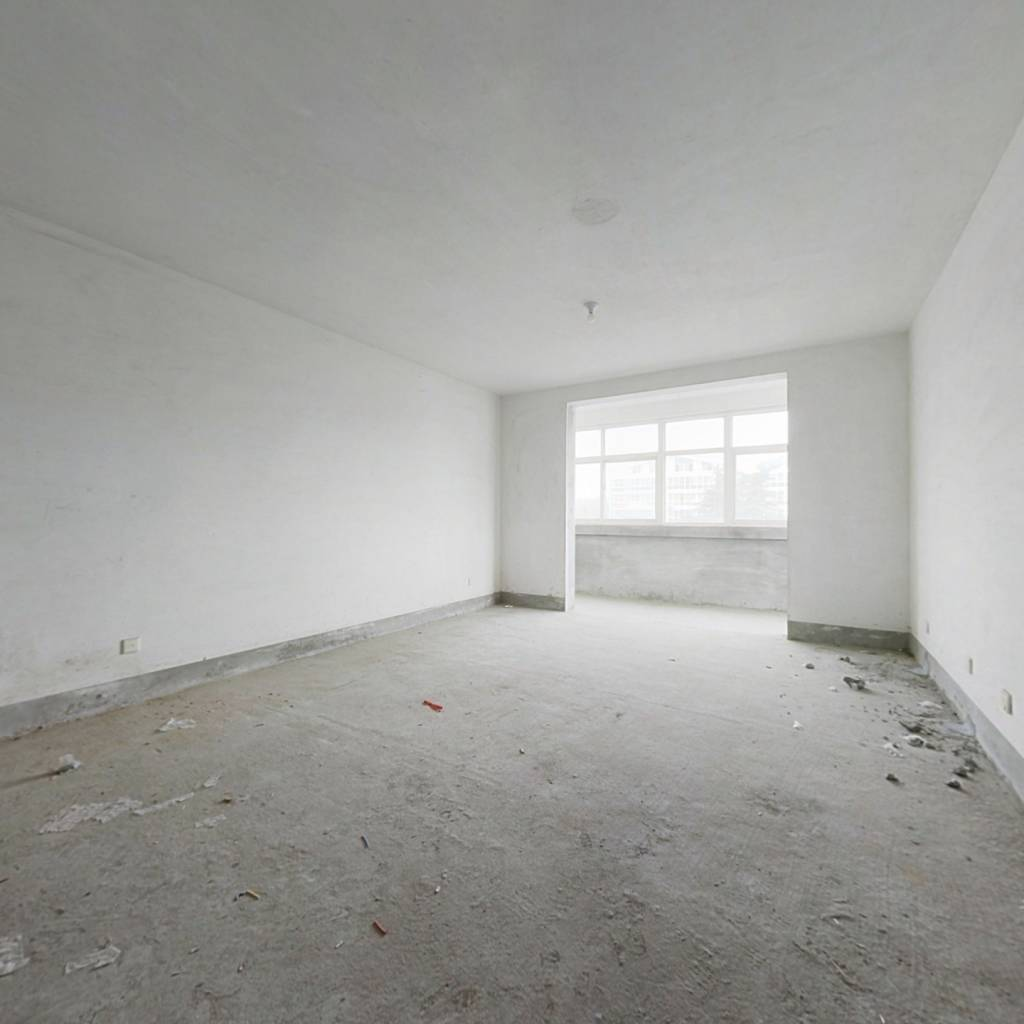 此房为中间楼层,两卧室朝南的户型,带个南向大车库
