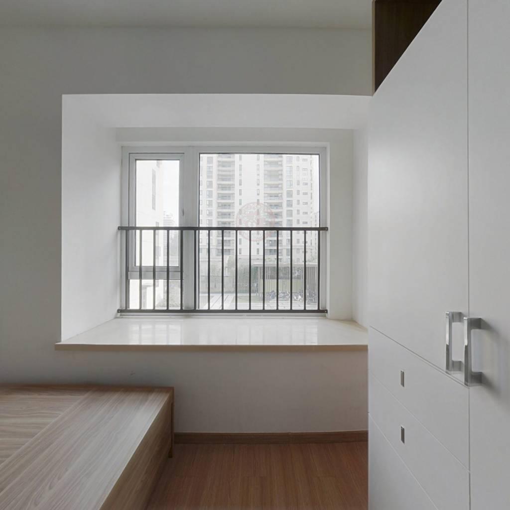 全新装修,万科品质社区,房东诚意出售,看房方便。