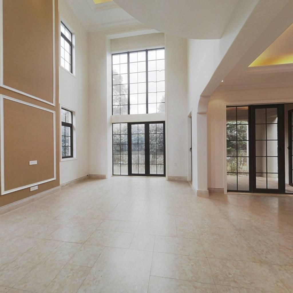 客厅挑高,独栋两层楼,拎包入住的度假别墅