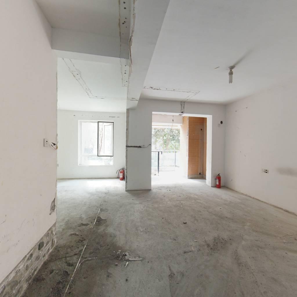 大三房两卫,户型方正,两房加客厅全朝南面,含地下室