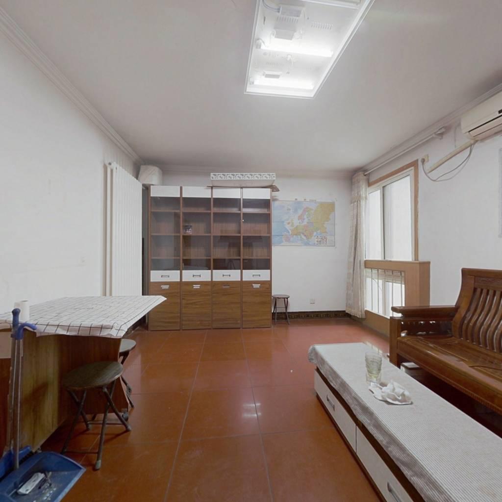 正规大两居室,交通便利,出行有公交和地铁