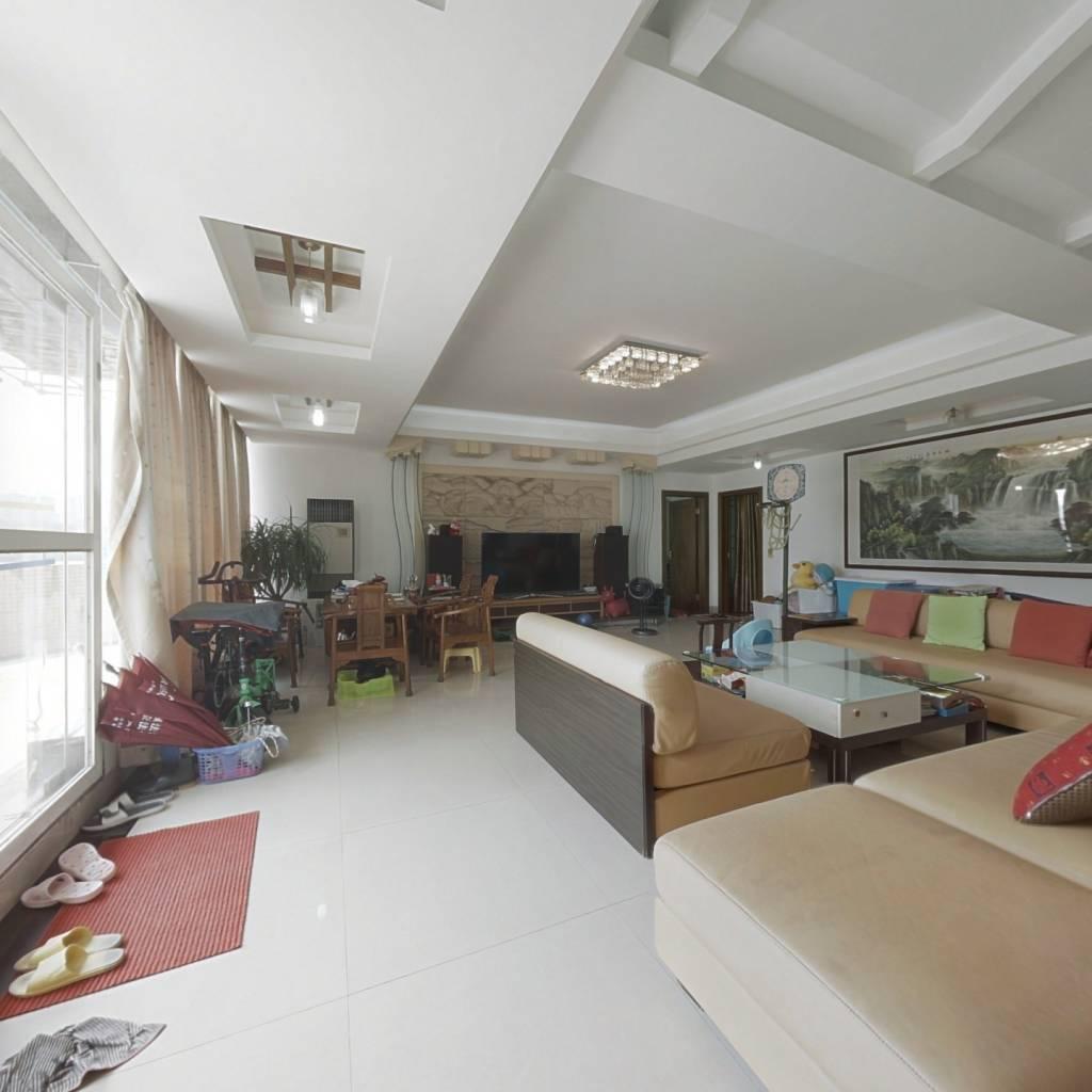 此房5房2厅4卫,四方四正,精装修。