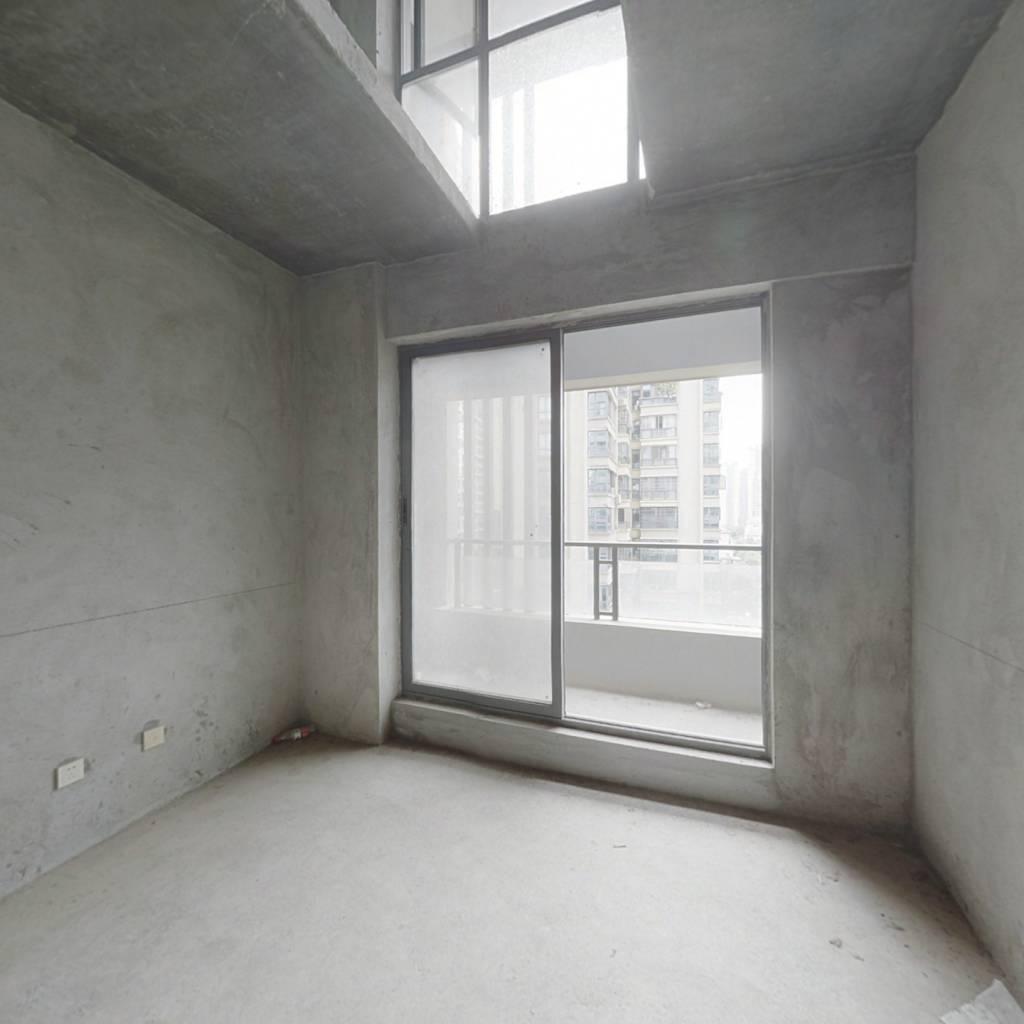 地铁口实用两居室,中间楼层采光通风好,诚心出售