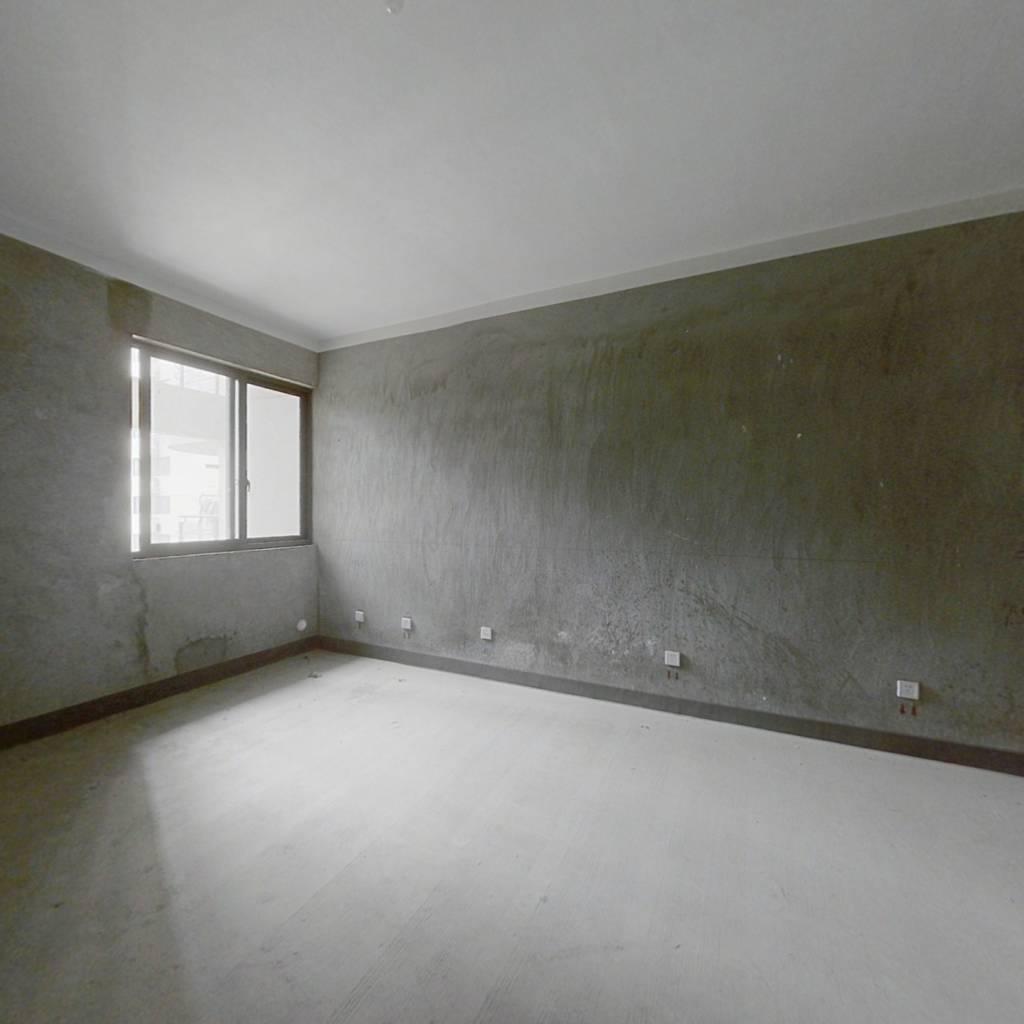 此房阳光好。房东诚心出售。两朝南客厅朝北动静分离