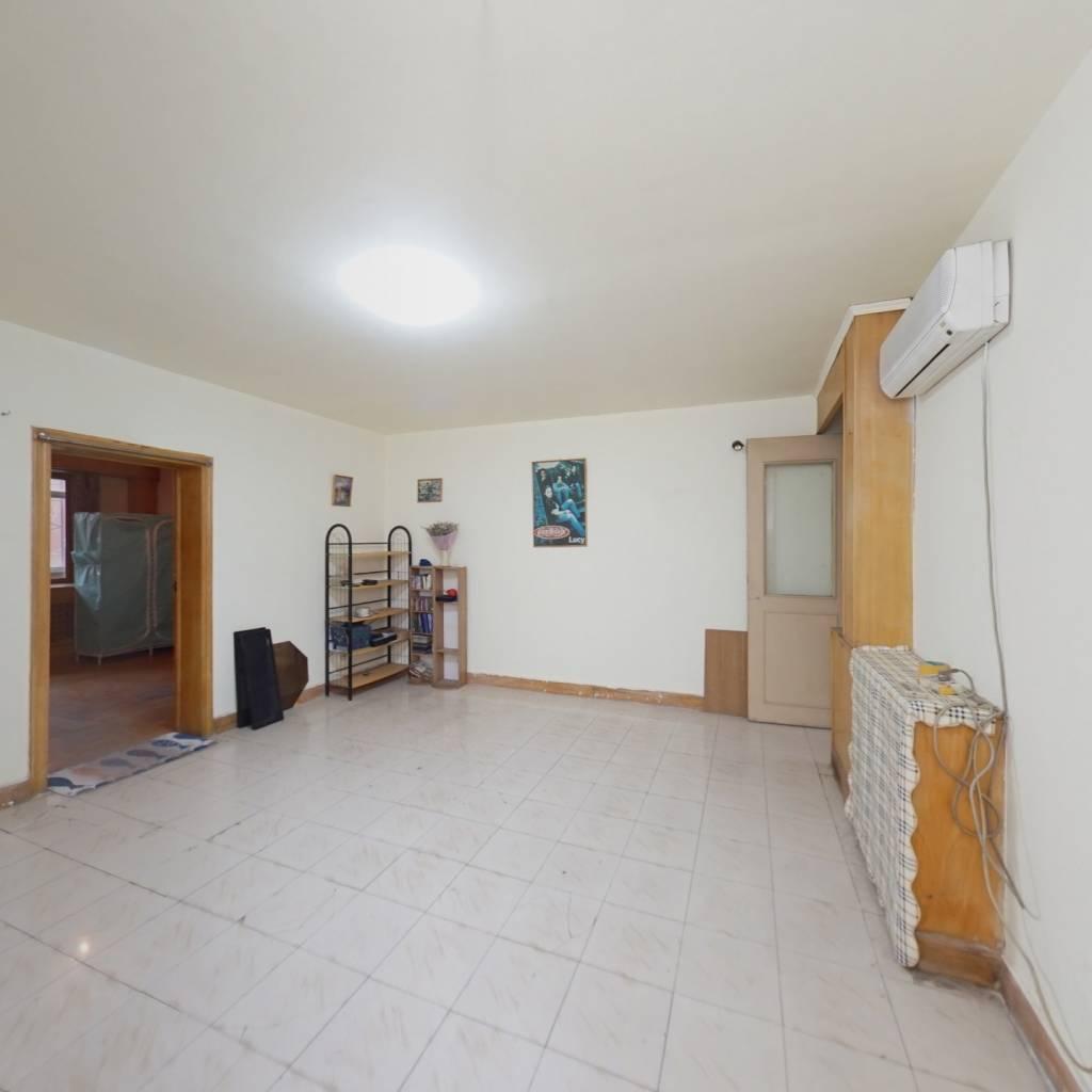 满五年公房,中间楼层大客厅,通透两居室,看房随时