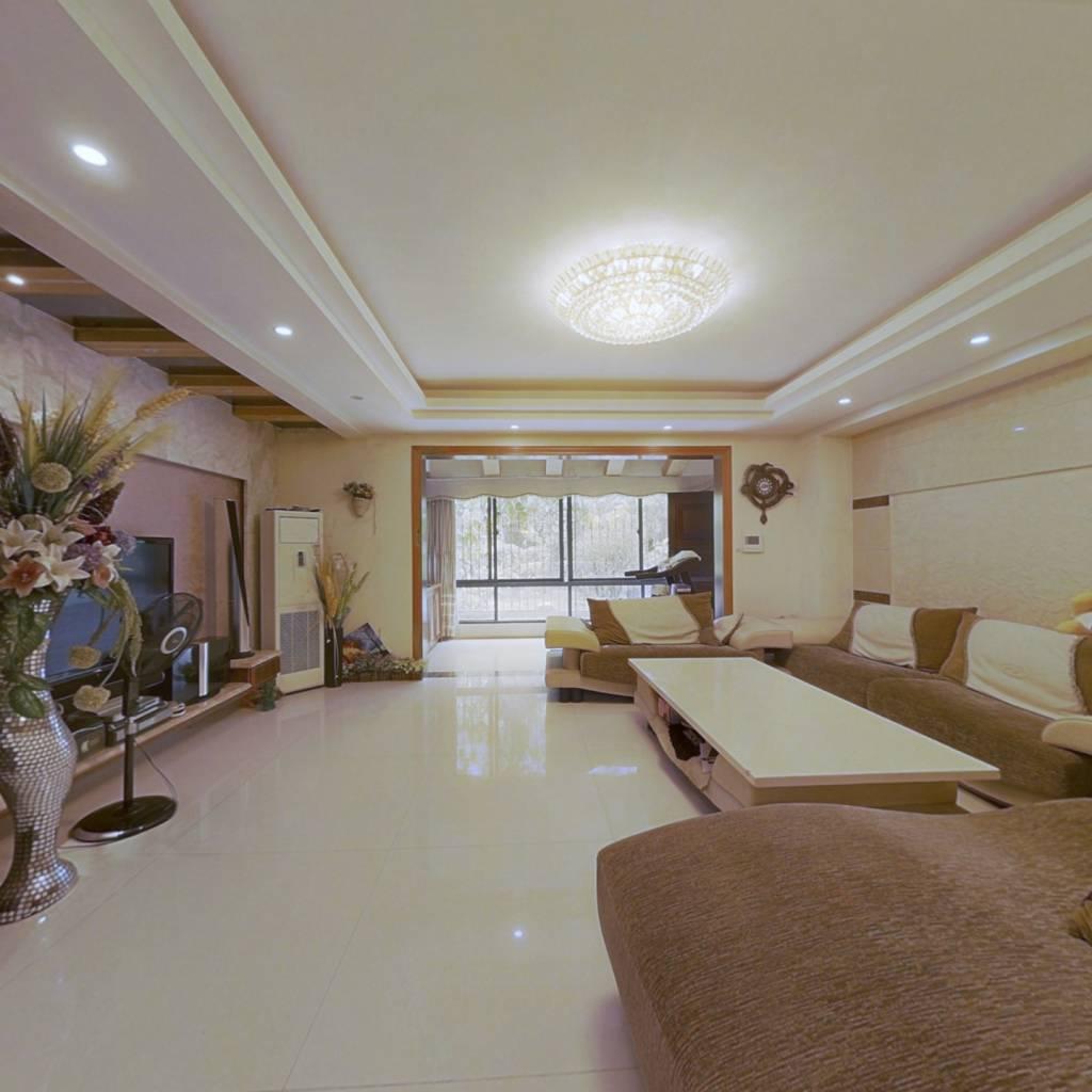 精装五房五卫的户型,独立的入户大门。