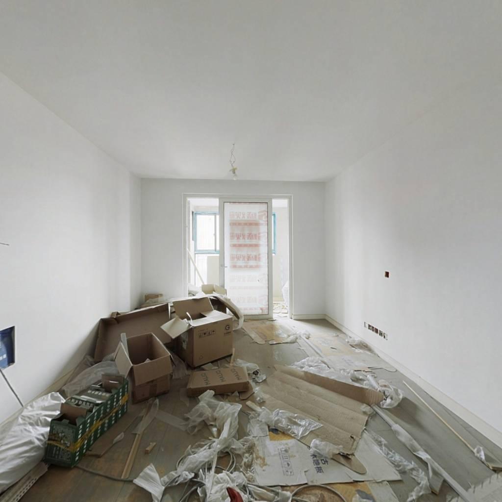 中间楼层,采光好,客厅带阳台,房东诚心出售。