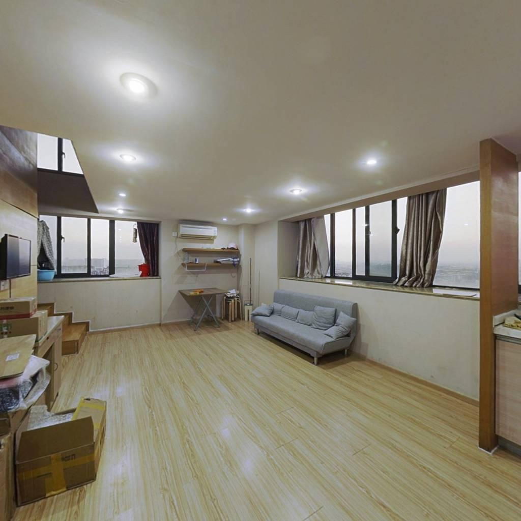 房子是40年产权公寓楼;楼层好;视野阔。