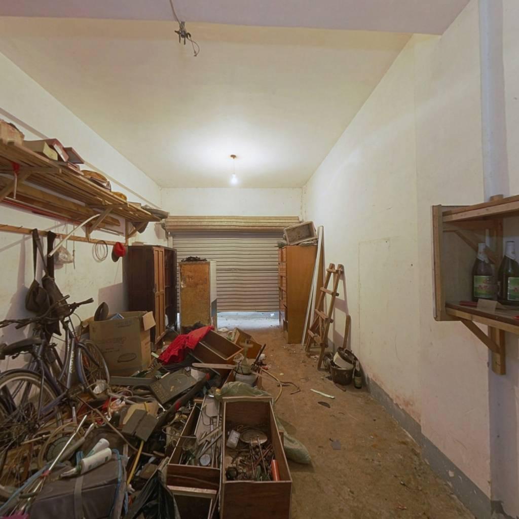 大车库,可以用来居住或者改成商铺
