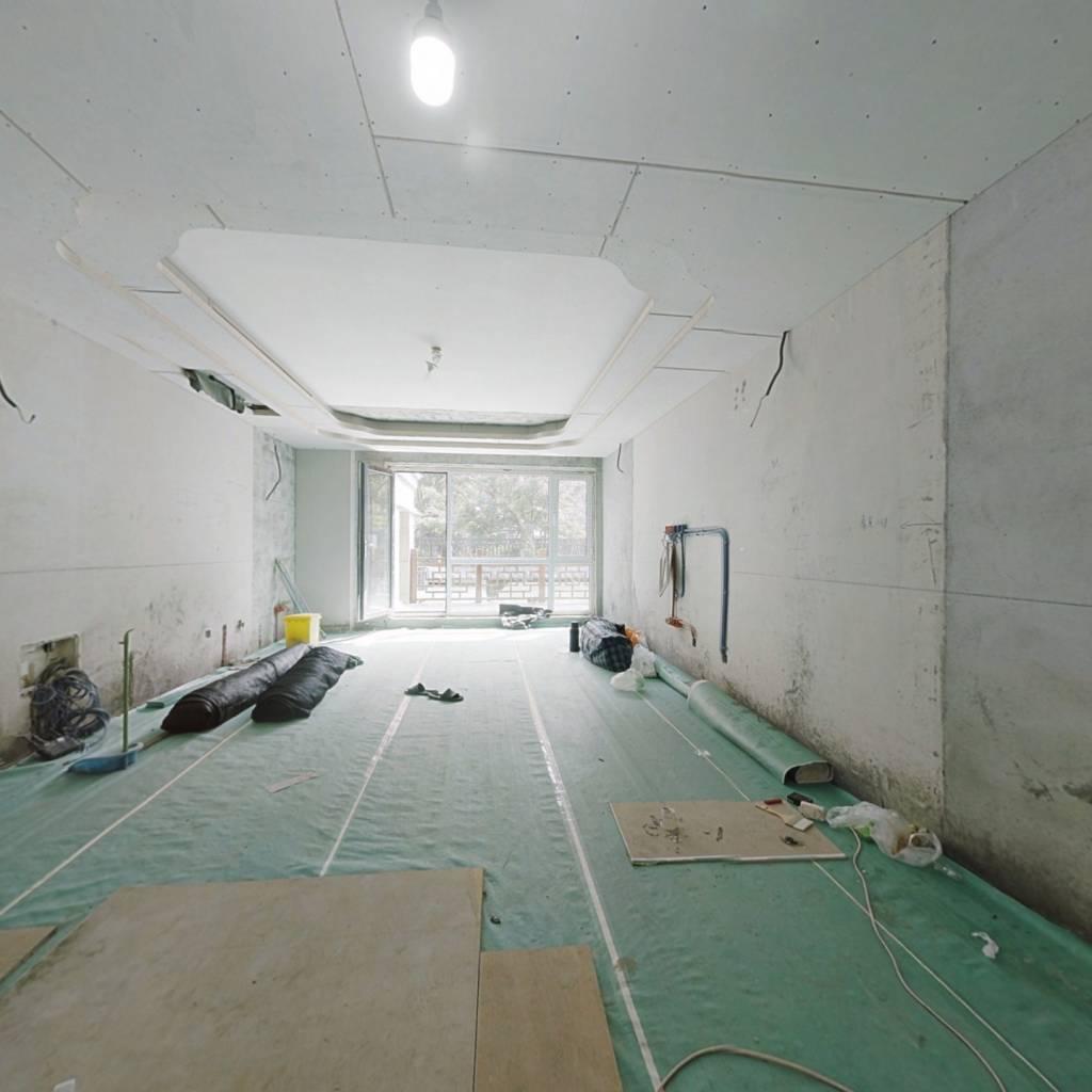 洋房 跃层共三层 前后带院使用面积约450平基础装修