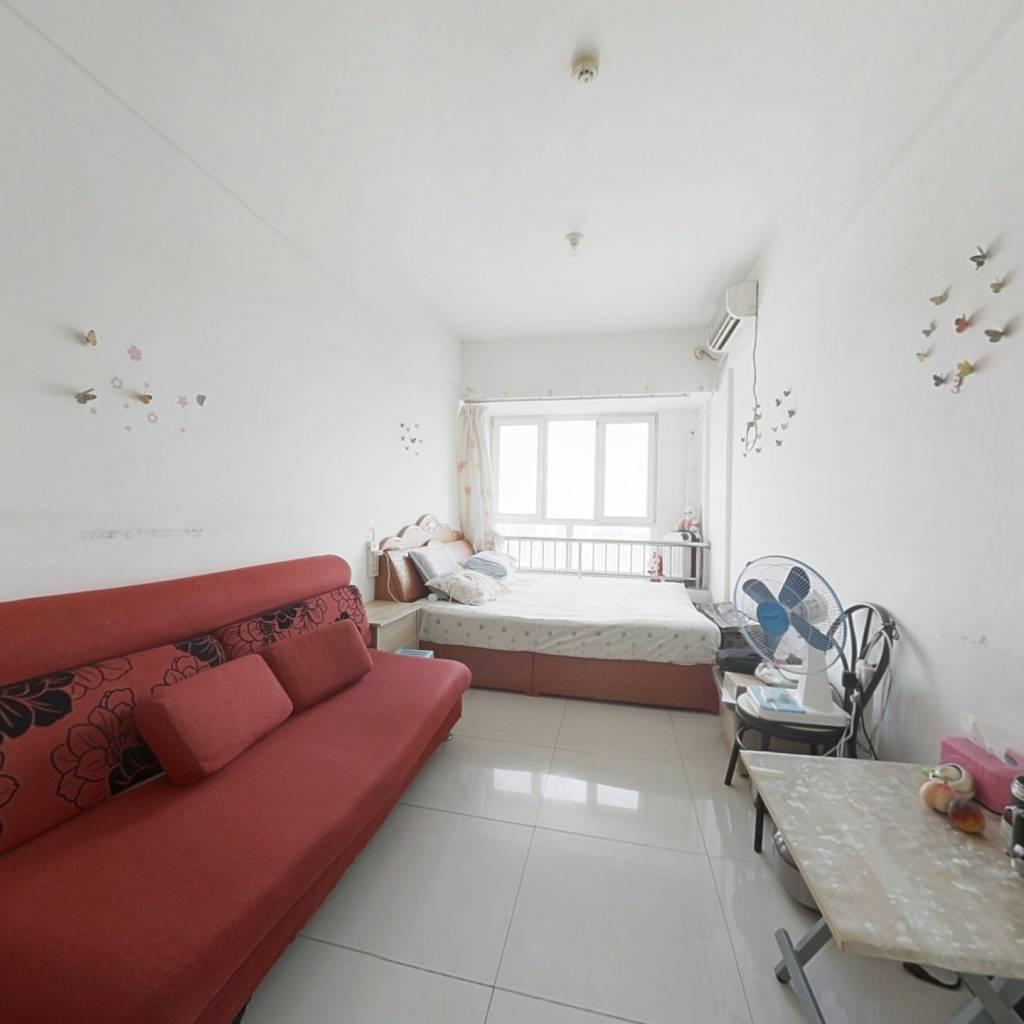 房子为一室一厅,小户型,卧室宽敞明亮,安静舒适