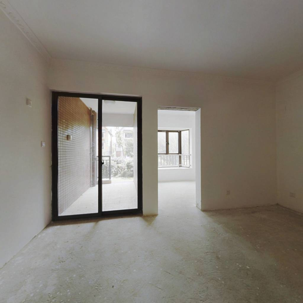 此房为板式电梯房,三面采光,前后无遮挡