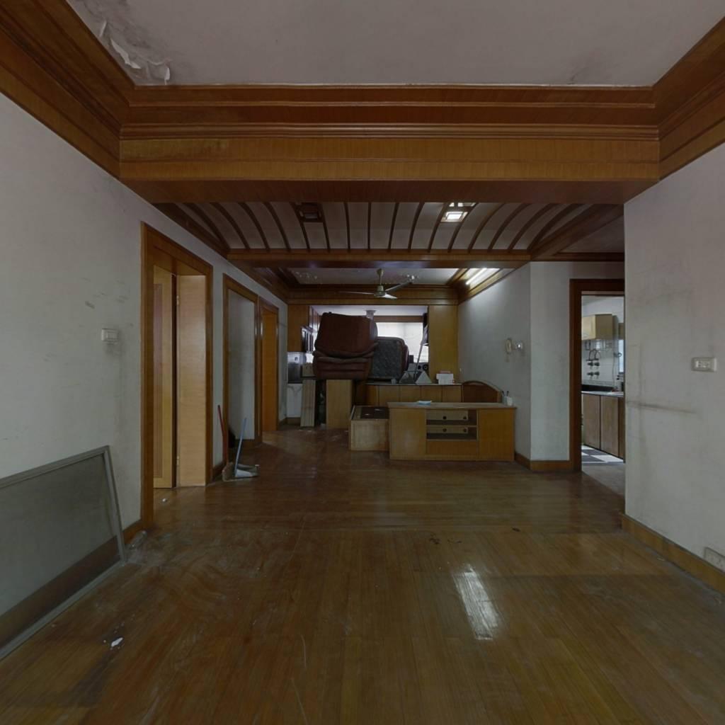 该房源满五年,有装修,家具都留下,可随时看房。