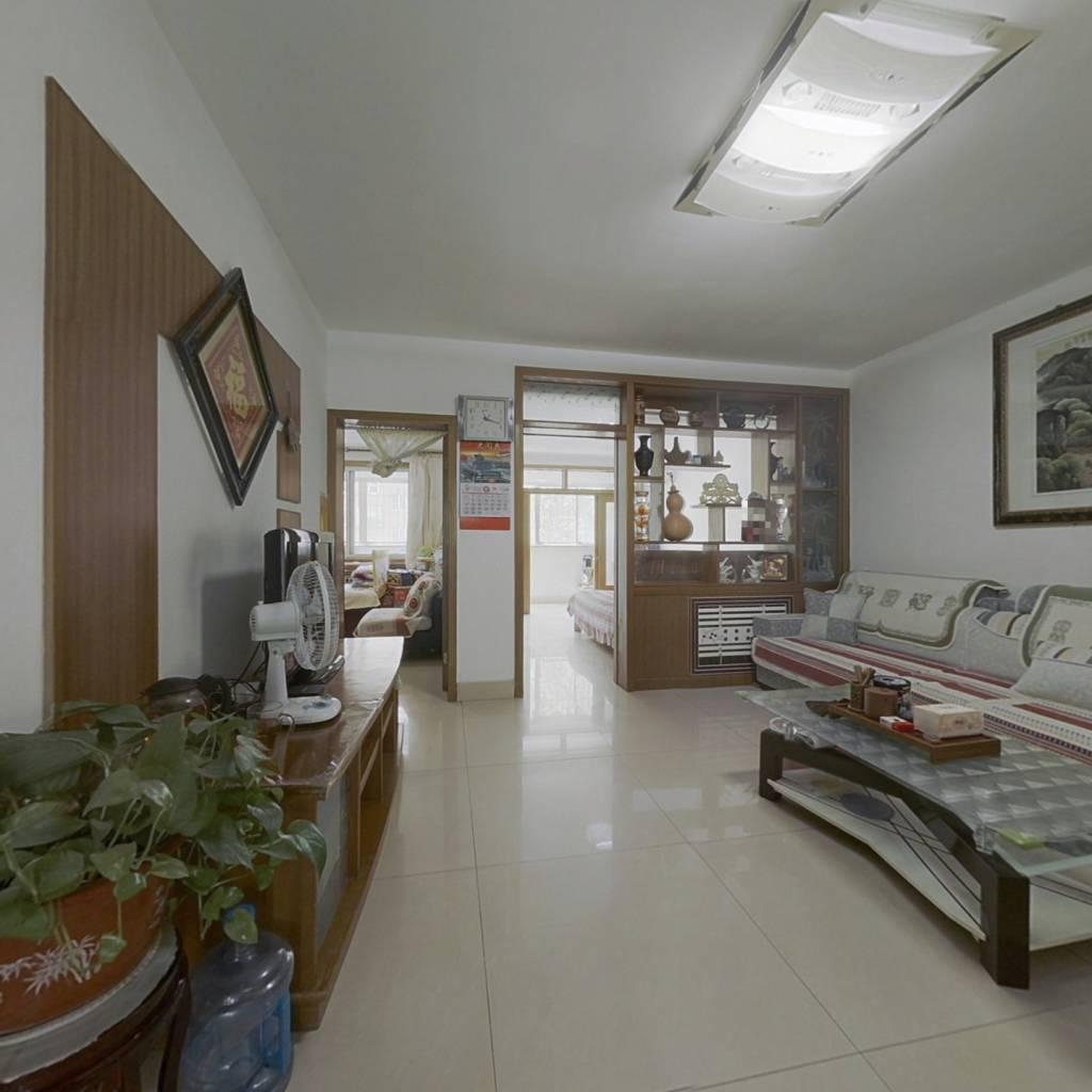 此房户型方正,3室2厅,大院传达,双气,证满5年。