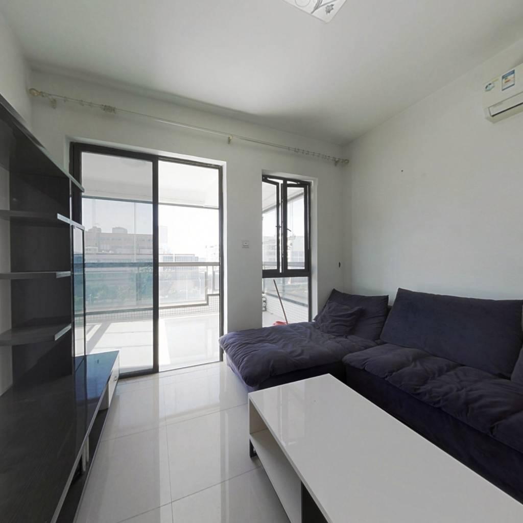 此房属于小区少有放盘的河景两房,低楼层,装修保养好