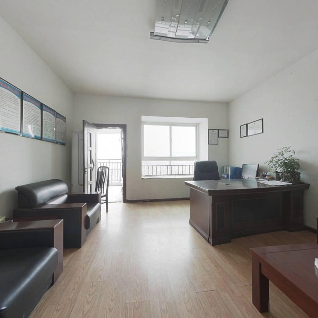 此房位于海上花园一二期,全临江户型!采光很好!