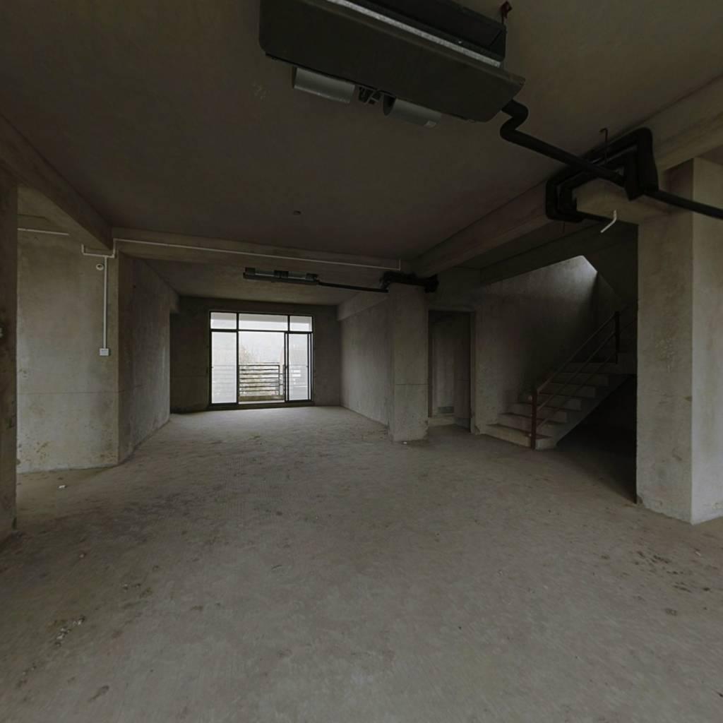 260万复、试楼,有2个大阳台,独用150平天面。