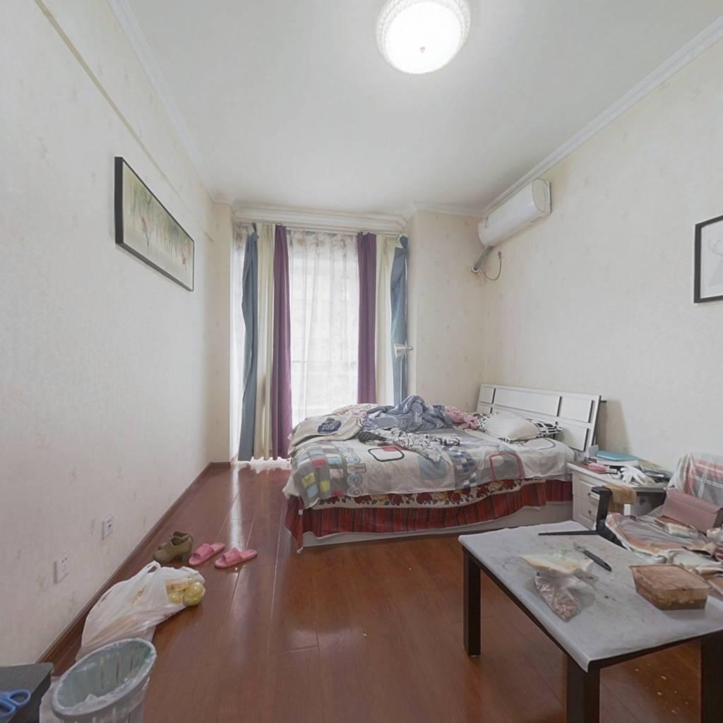 此房是已装修,可拎包入住,位置好,家具家电全