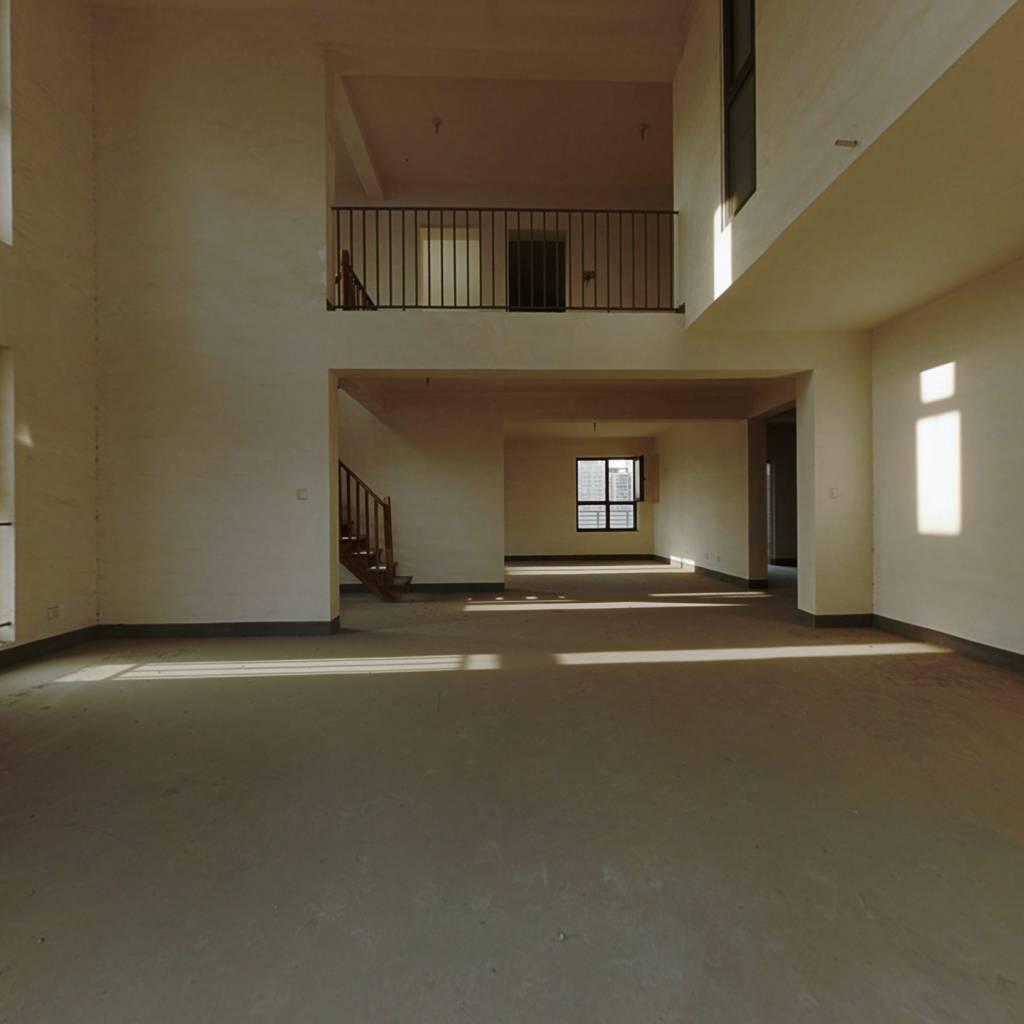 实用面积大,跃层式带南北大露台,楼尊位置,一览无遗