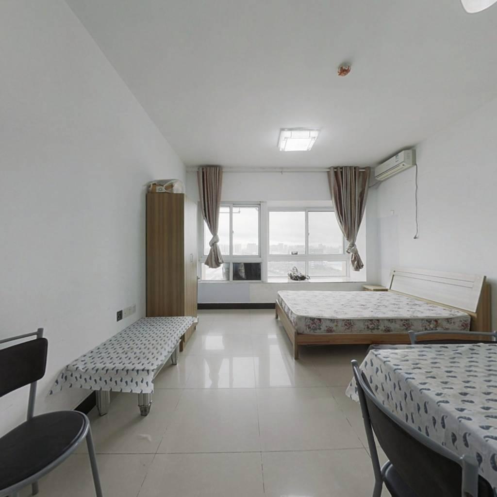 精装一室一厅一厨一卫  中间楼层  采光好 诚心出售