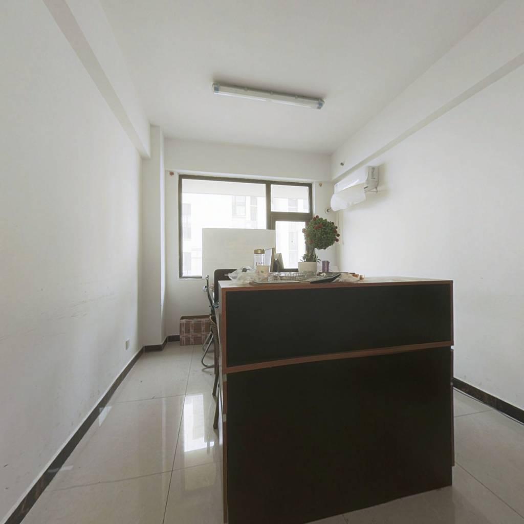 春晓公寓,交通便利,旁边就是大润发,出门就上高架