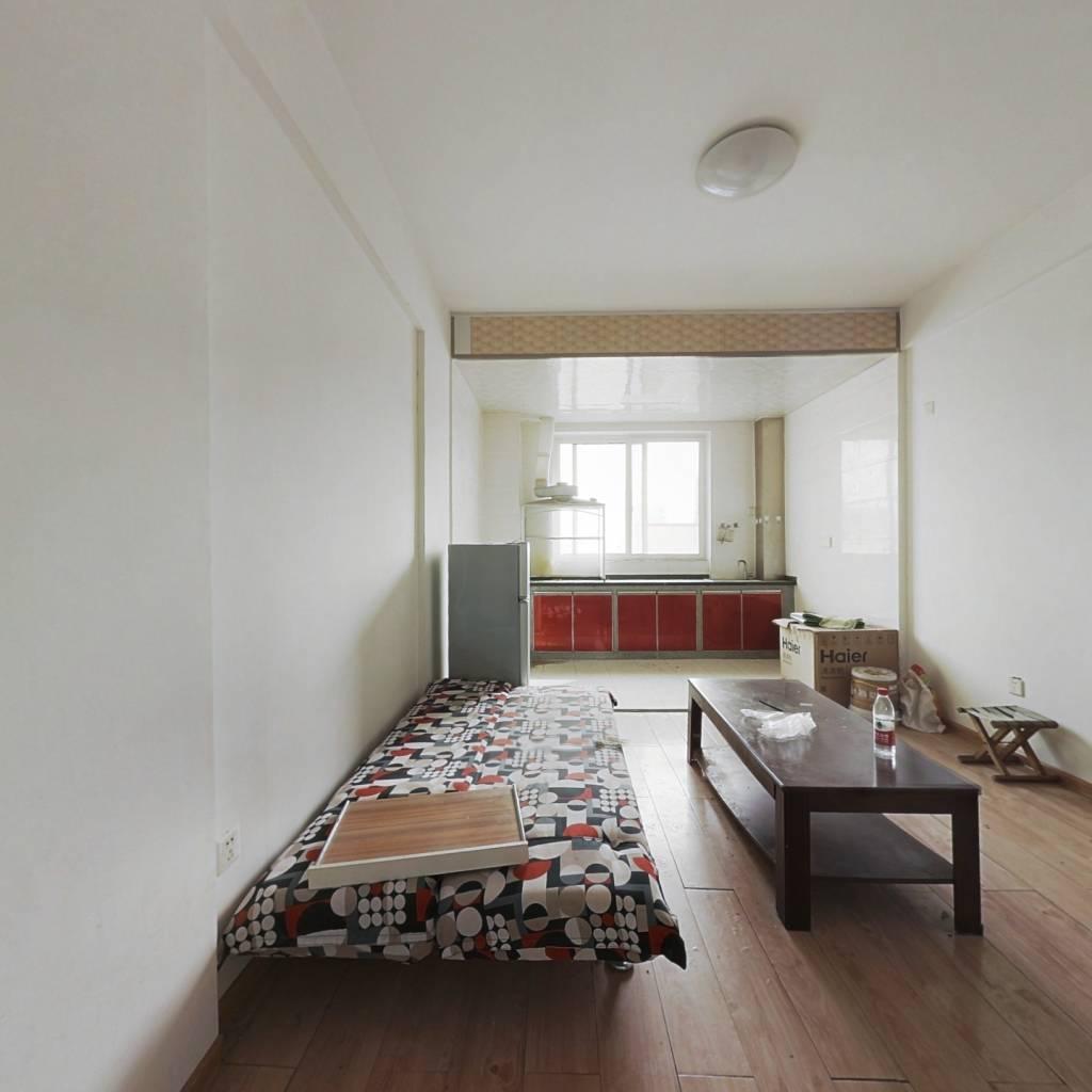 满五唯一,朝南一室一厅,诚售,无贷款,随时看房。