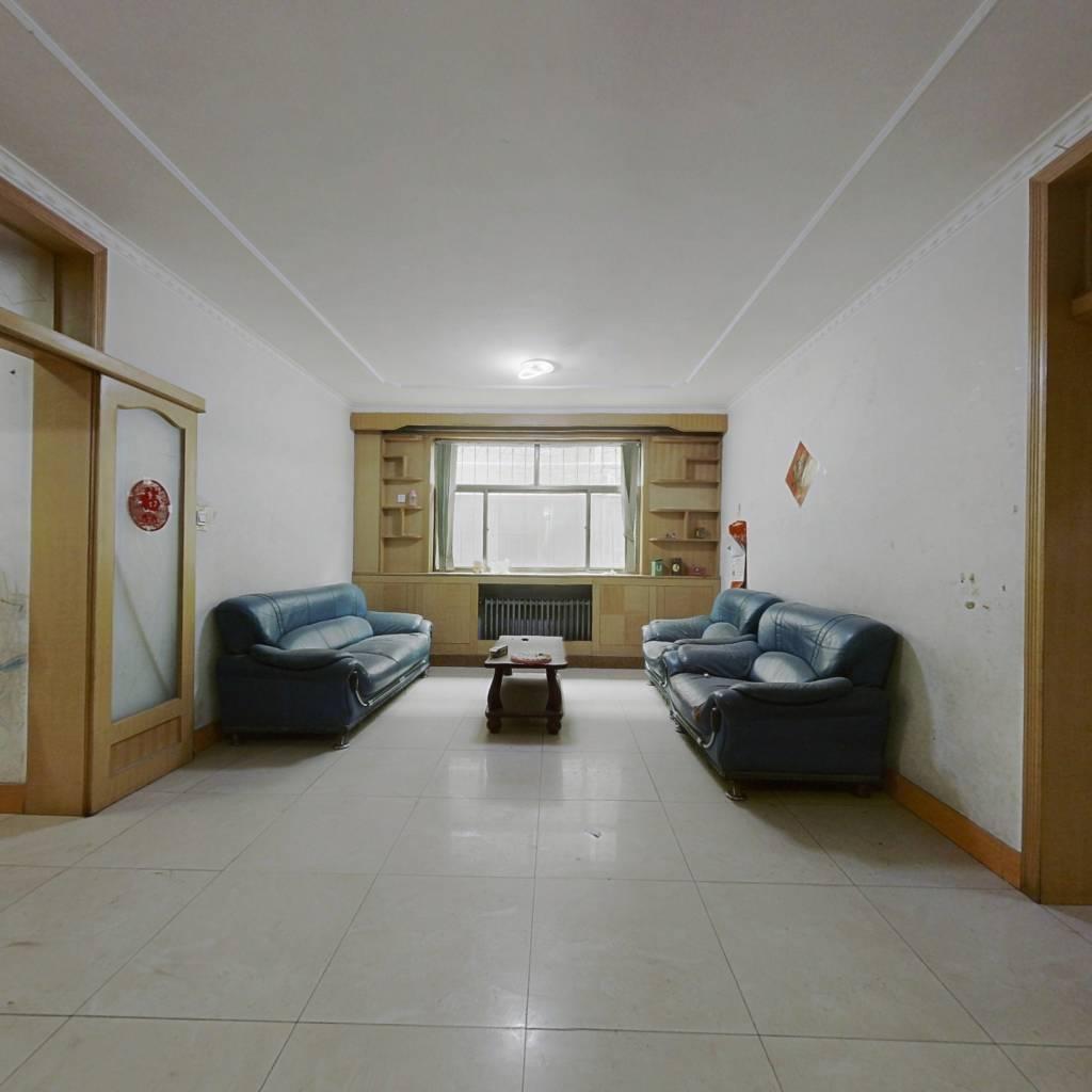 此房为南北通透户型,位于县城繁华地段