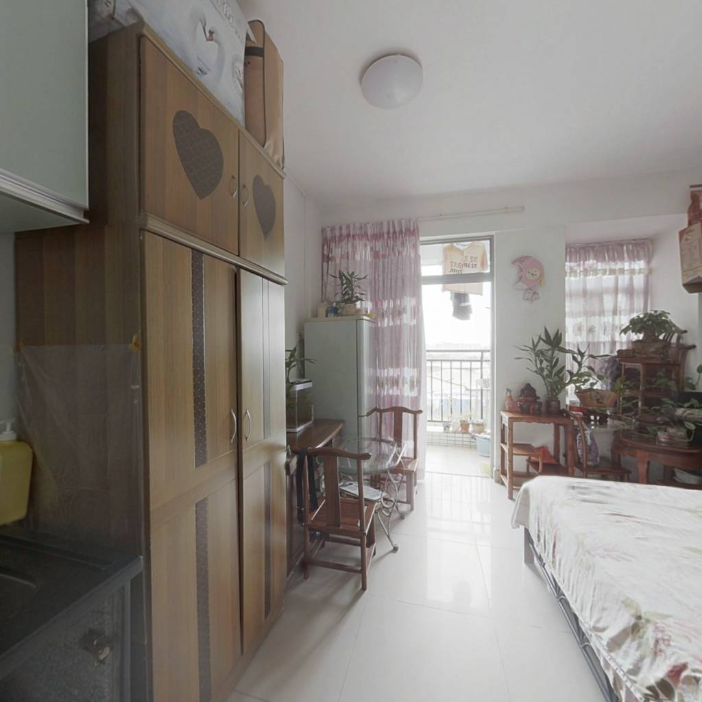 公寓式住宅区,小区内环境安静,配套设施多 空气好。
