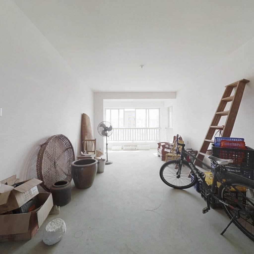 此房三室两厅一厨两卫,采光好无遮挡。