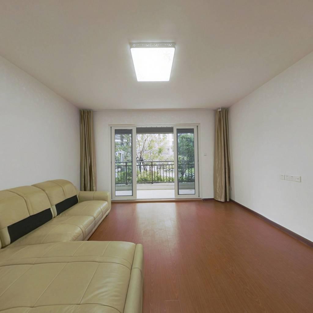 此房是新房刚交付的,值得购买,视野宽阔,采光良