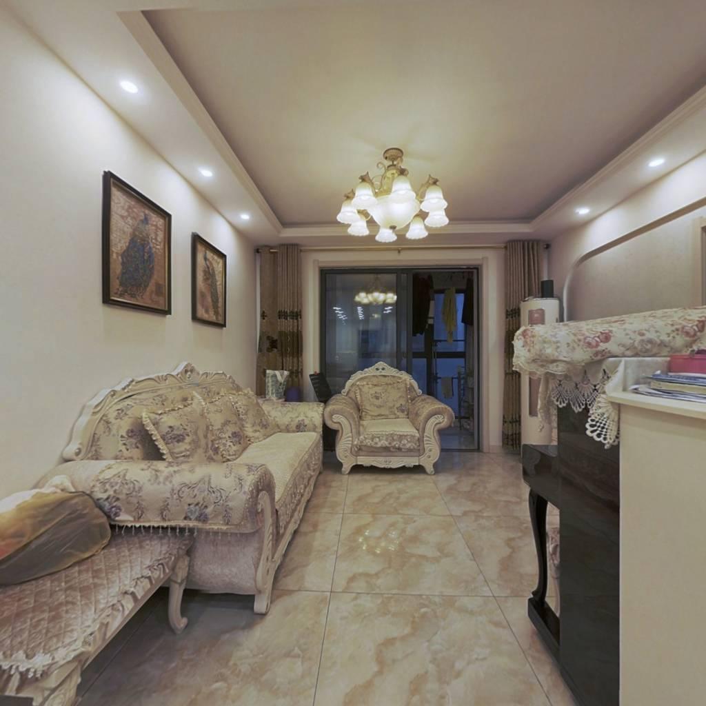 房子是精装修,保养的很好;户型方正