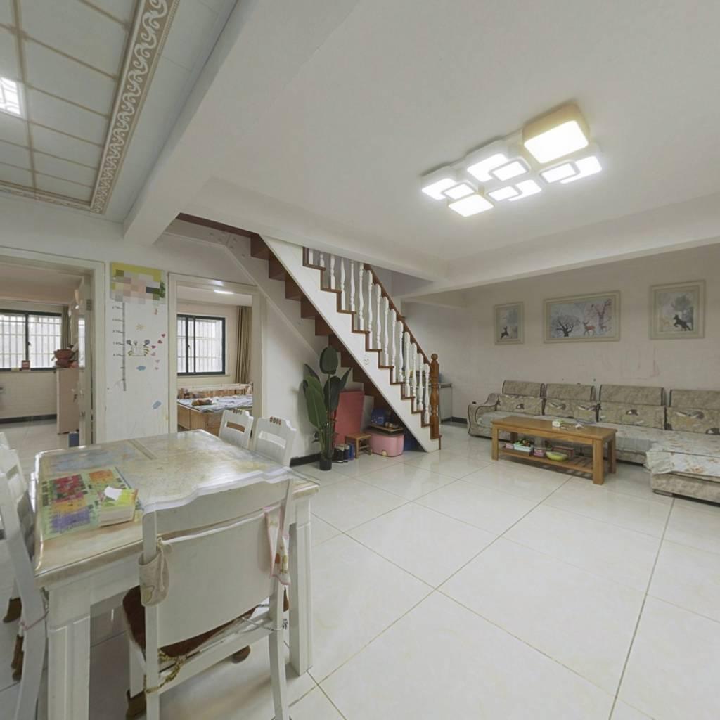 带阁楼,使用面积多,饭店诚心出售,看房方便。