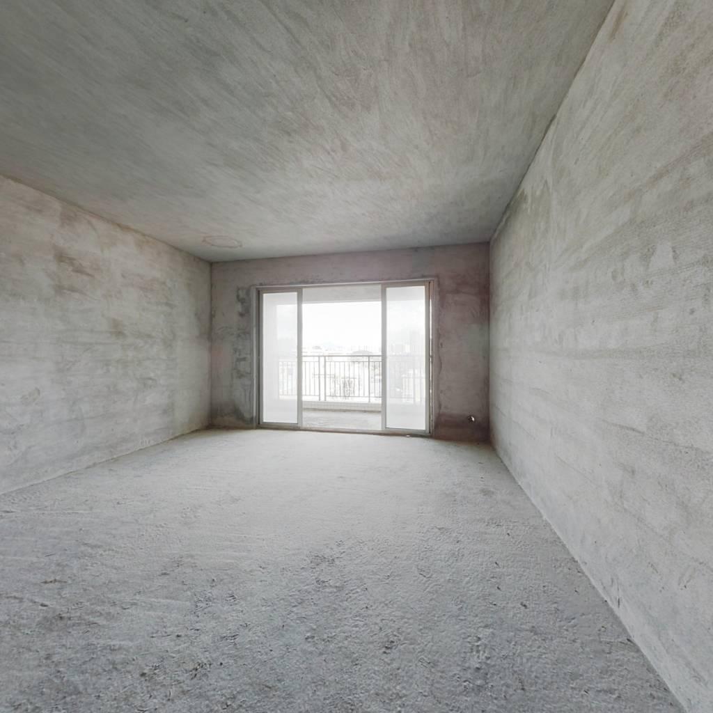 : 此房满5年,临深片区,格局通透;