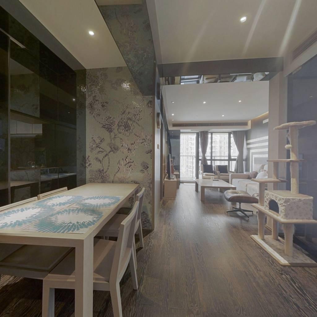 样板间装修两居室,拎包入住,安静不临街,大阳台