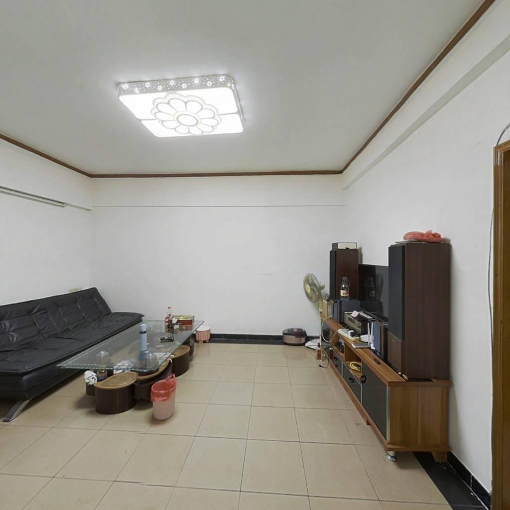 业主自住房子保持好,装修家具齐全可拎包入住。。。。