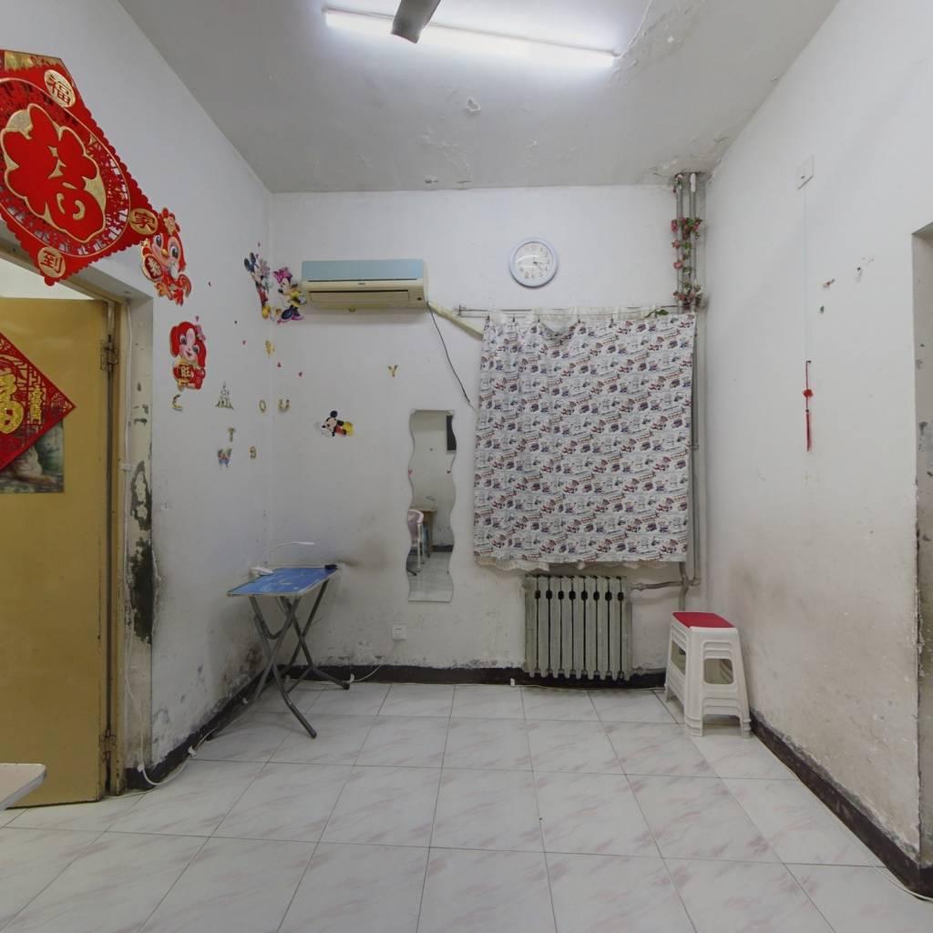 此房是半地下,西城区二环内 小区环境好。