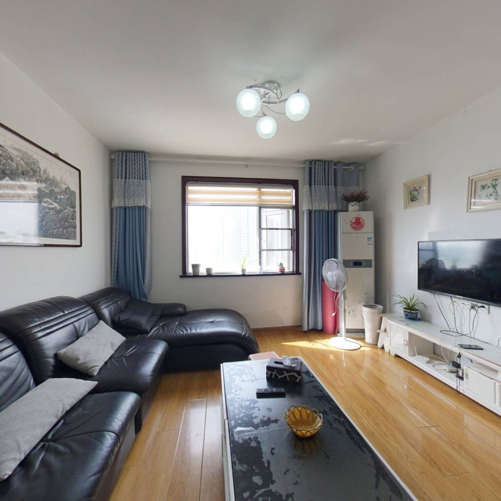 此房户型方正 房东自住 重新装修过,采光好,无遮挡。