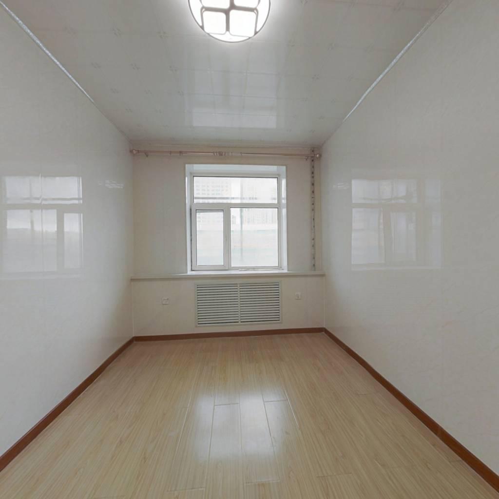 公园旁精装修两居室,室内采光好,格局规矩。