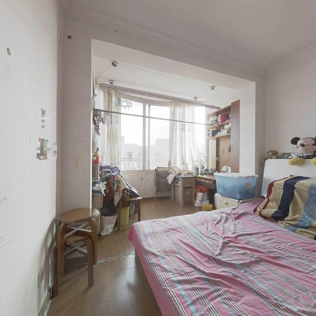 此房户型方正,满五年唯一 ,业主诚意出售。