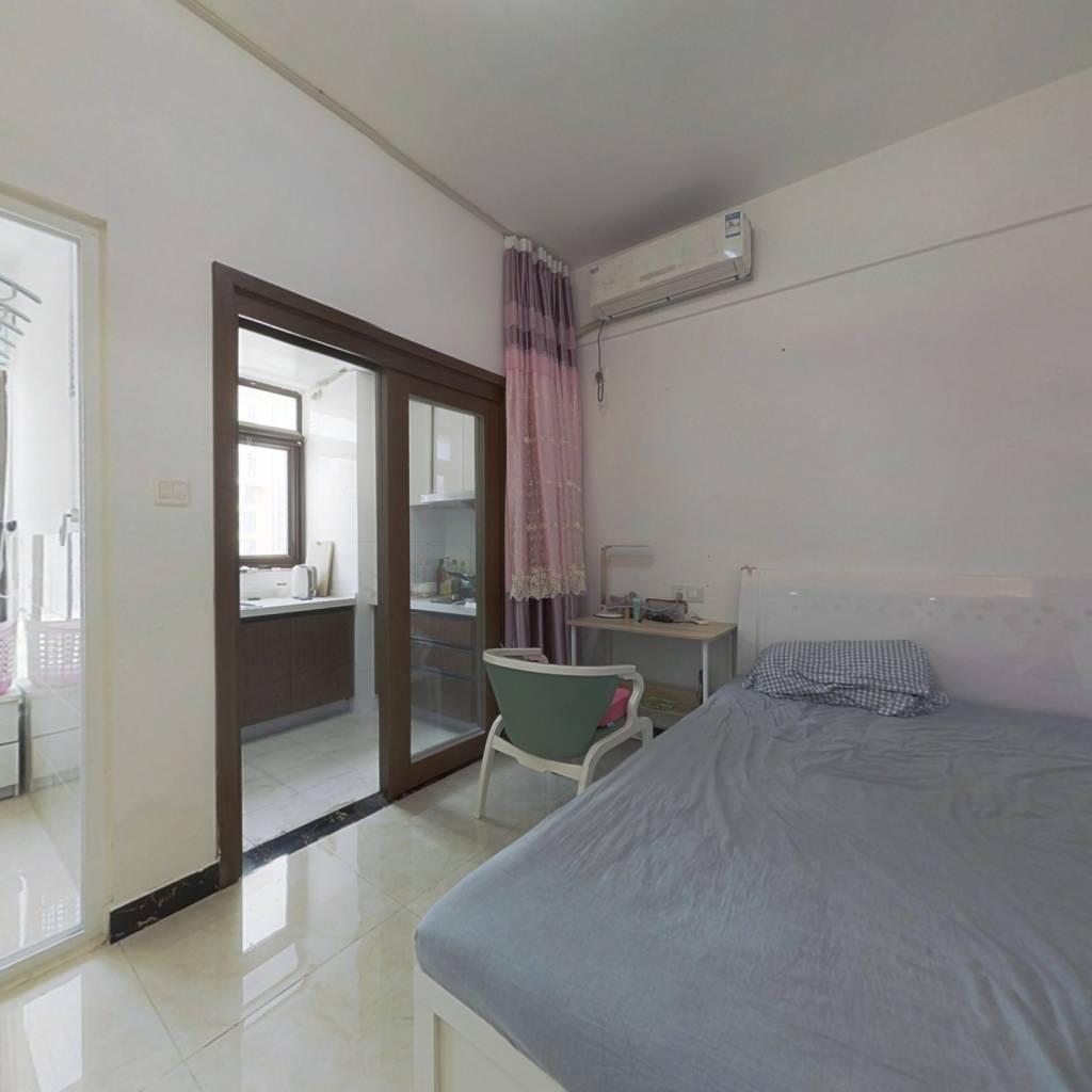 精装小公寓,业主诚心出售,小面积适合两人居住