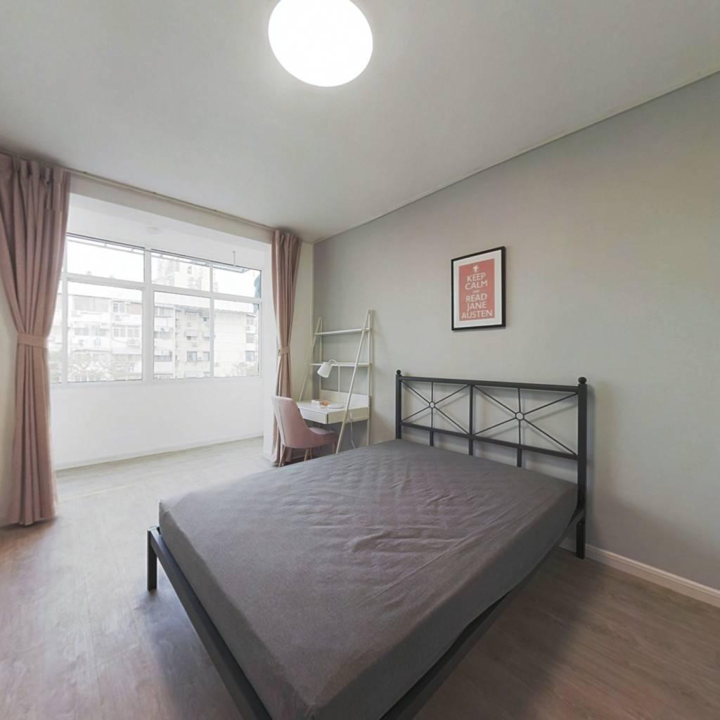 合租·中央路 3室1厅 东卧室图