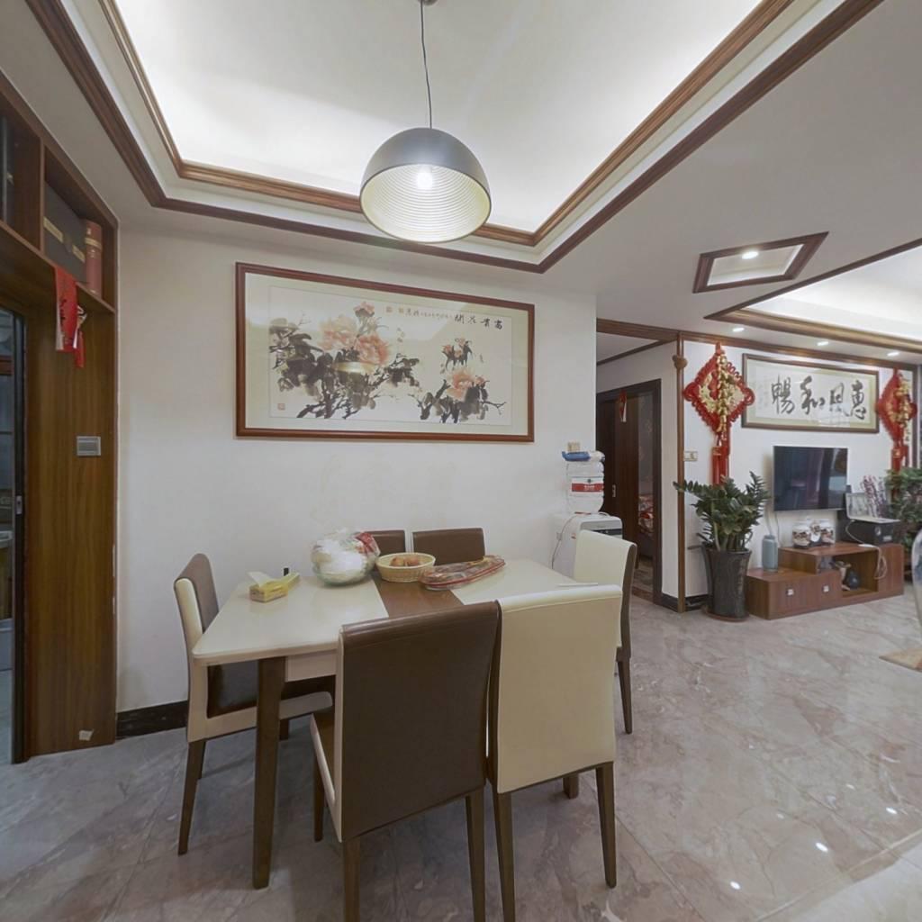 小区是雅源阁别墅开发商建造的房子,一个独栋房
